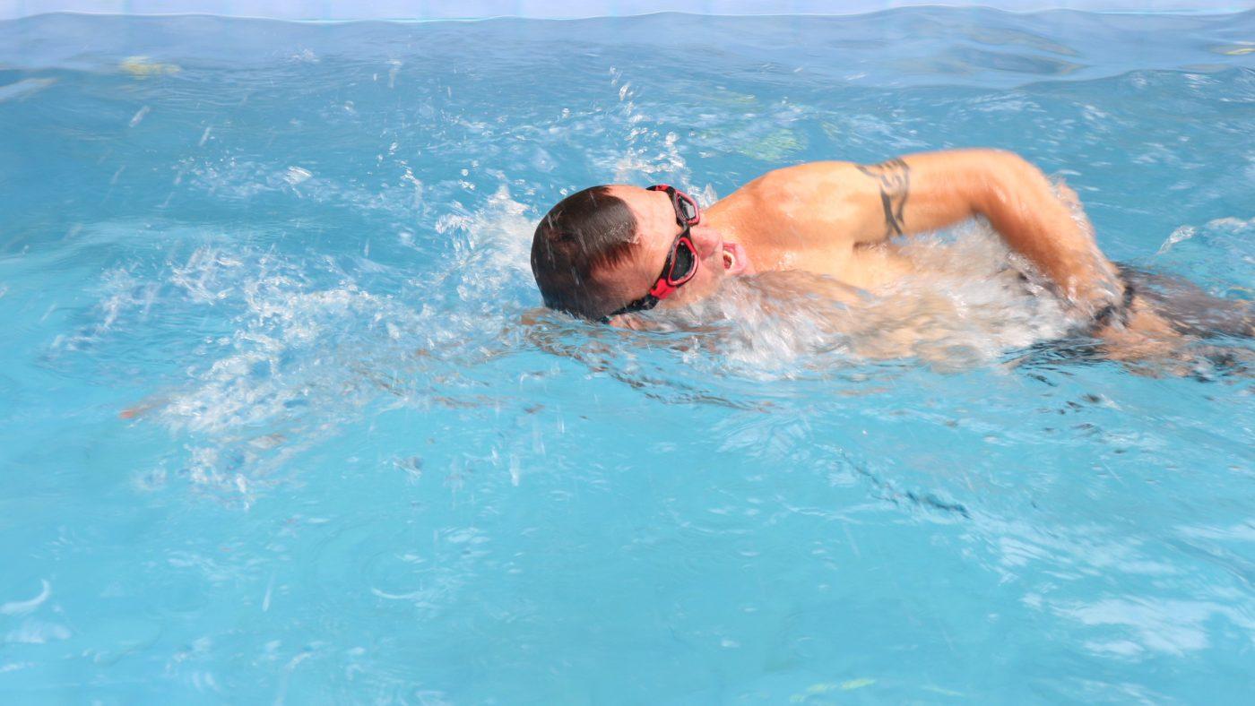 swim sprining in a small pool to burn fat